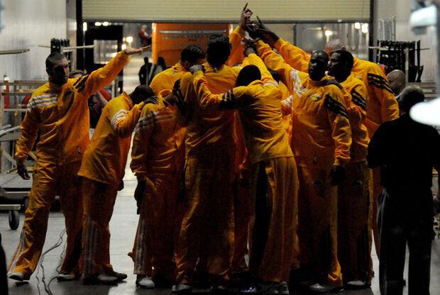Piña de los Lakers antes de un partido./ Getty