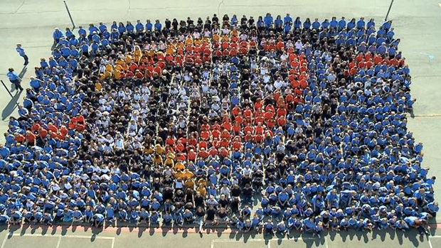 Estudiantes del condado de Edmond crean un mosaico humano para Oklahoma City Thunder