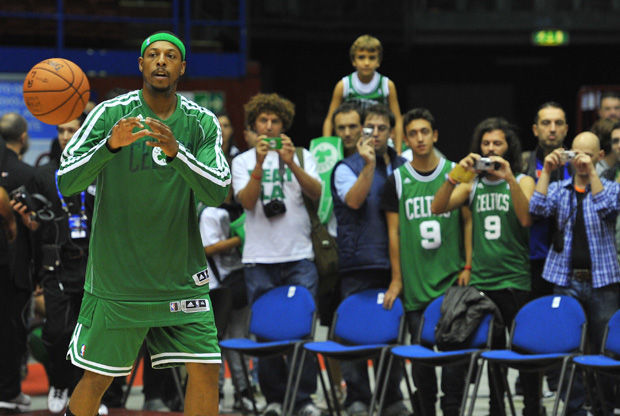 Paul Pierce calentando ante los aficionados italianos de los Celtics./ Getty
