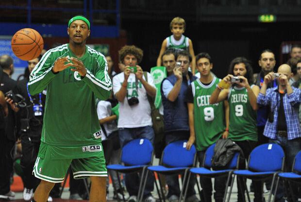 Paul Pierce calentando ante los aficionados italianos de los Celtics./ Getty
