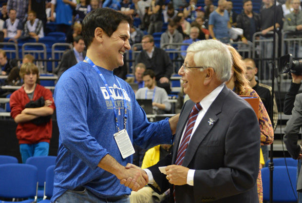 El saludo entre Mark Cuban (izq.) y David Stern (drcha.)./ Getty