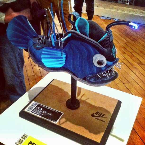 Una Nike – Air Foamposite convertida en un pez 'Melanocetus johnsoni'