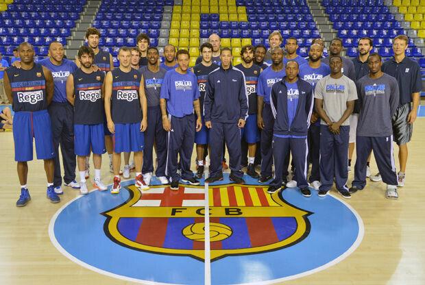 Las plantillas del Barcelona Regal y los Dallas Mavericks posaron en el Palau Blaugrana./ Getty