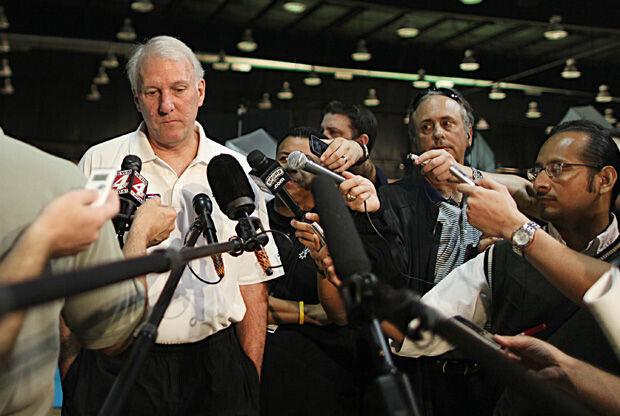 Gregg Popovich atendiendo a la prensa./ Getty