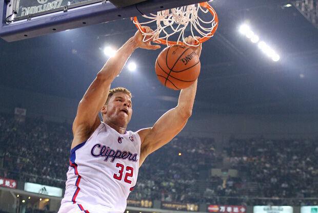Blake Griffin realiza un mate en el amistoso jugado contra los Heat en Beijing./ Getty