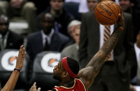 Lebron James ejecuta un gancho en su etapa como jugador de los Cavaliers./ Getty