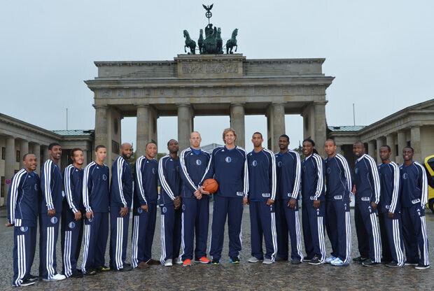 La plantilla de los Mavs posa delante de la Puerta de Brandenburg, en Berlín/. Getty