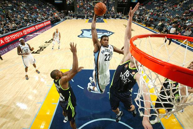 El imponente mate de Rudy Gay en el aro del Real Madrid./ Getty