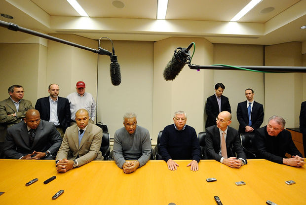 FIN DEL LOCKOUT - Maurice Evans, Derek Fisher, Billy Hunter, David Stern, Adam Silver y Peter Holt./ Getty Images