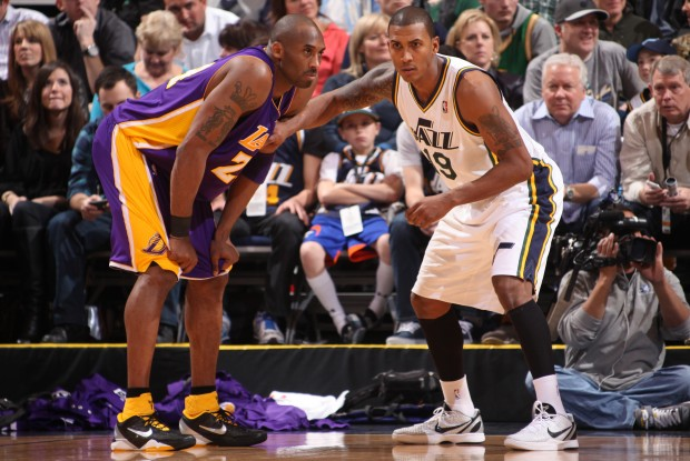 Kobe Bryant y Raja Bell./ Getty Images