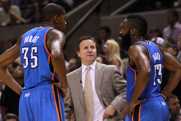 Scott Brooks, Kevin Durant y James Harden./ Getty Images