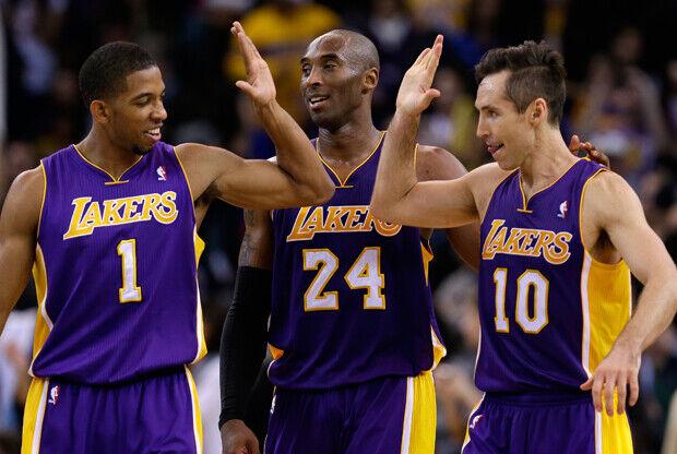 Steve Nash, Kobe Bryant y Darius Morris./ Getty Images