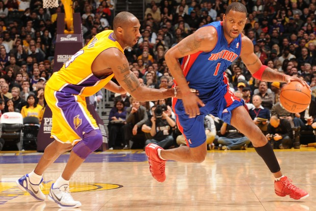Kobe Bryant defiende a Tracy McGrady./ Getty Images