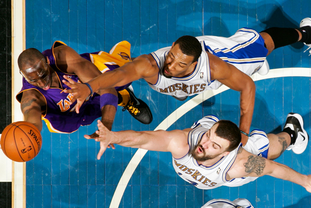 Derrick Williams y Nikola Pekovic./ Getty Images