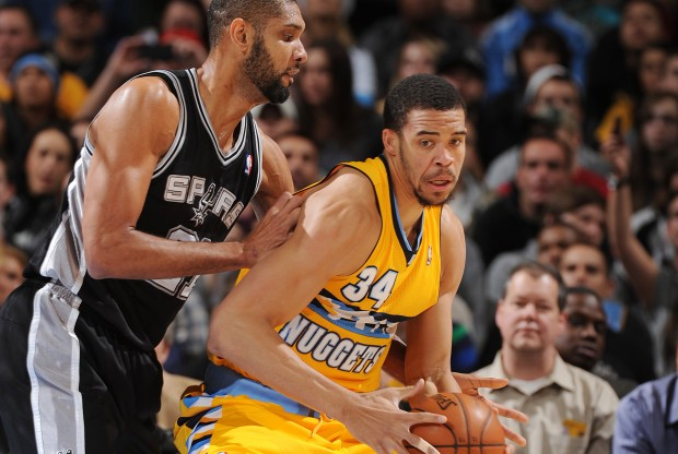 Tim Duncan defiende a JaVale McGee./ Getty Images