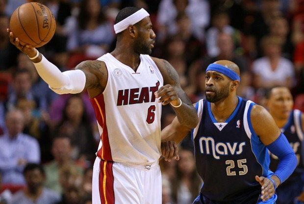 LeBron James y Vince Carter./ Getty Images