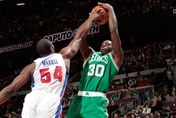 Jason Maxiell tapona a Brandon Bass./ Getty Images