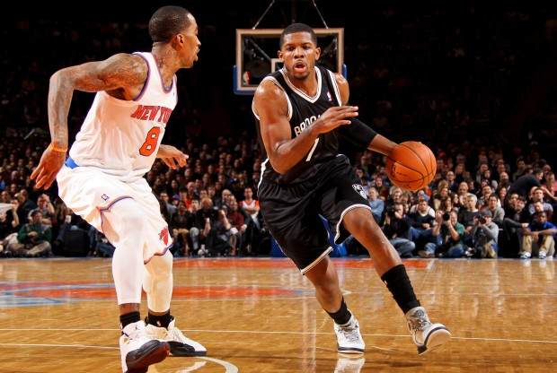Joe Johnson ataca ante la defensa de J.R. Smith./ Getty Images