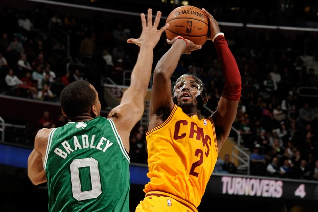 Kyrie Irving lanza ante la defensa de Avery Bradley./ Getty Images