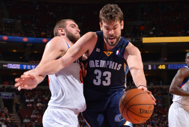 Marc Gasol es defendido por Spencer Hawes./ Getty Images
