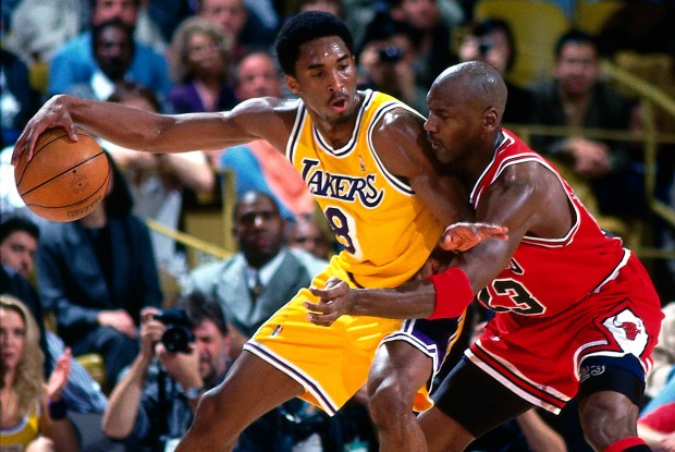 Michael Jordan defiende a Kobe Bryant./ Getty Images