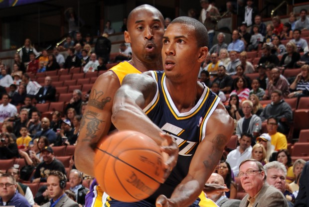 Raja Bell recibe la defensa de Kobe Bryant./ Getty Images