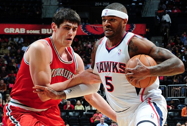 Ersan Ilyasova defiende a Josh Smith./ Getty Images