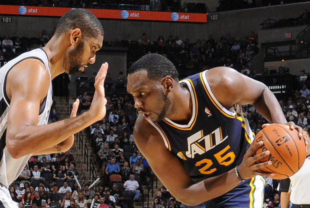 Tim Duncan y Al Jefferson./ Getty Images