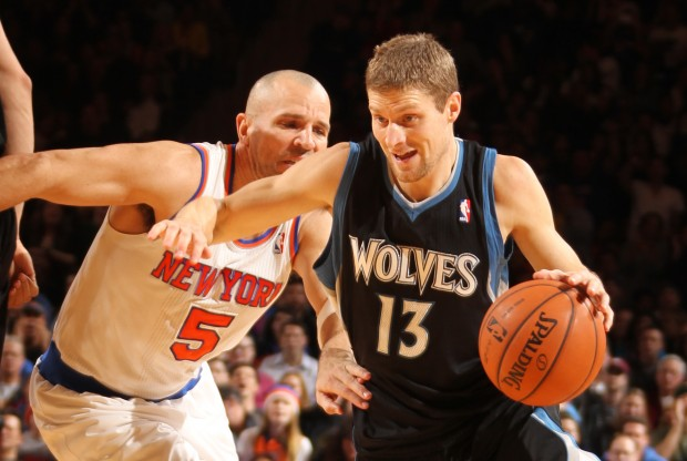 Luke Ridnour se libra de la marca de Jason Kidd./ Getty Images