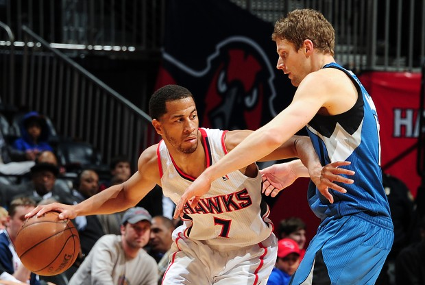 Jannero Pargo recibe la defensa de Luke Ridnour./ Getty Images