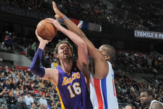 Pau Gasol intenta lanzar ante la defensa de Greg Monroe./ Getty Images