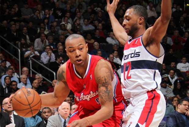 Caron Butler recibe la defensa de A.J. Price./ Getty Images
