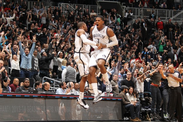 Joe Johnson celebra su canasta sobre la bocina./ Getty Images