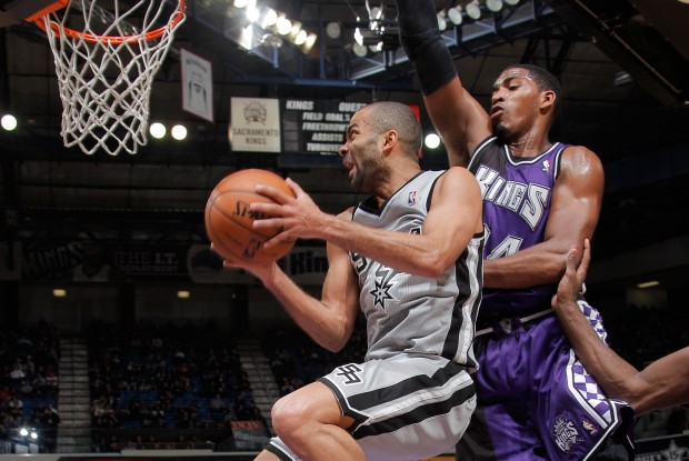Tony Parker entra a canasta ante la oposición de Jason Thompson./ Getty Images