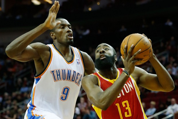 James Harden recibe la defensa de Serge Ibaka./ Getty Images