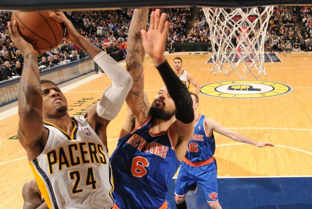 Paul George lanza ante la oposición de Tyson Chandler./ Getty Images