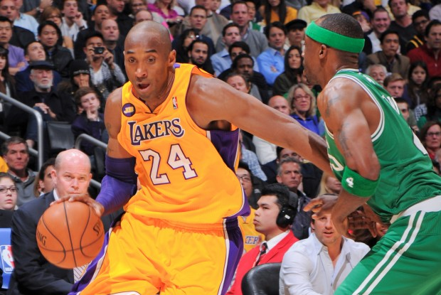 Kobe Bryant recibe la defensa de Jason Terry./ Getty Images