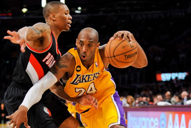 Kobe Bryant es defendido por Damian Lillard./ Getty Images