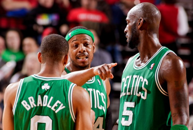 Paul Pierce da indicaciones a sus compañeros./ Getty Images