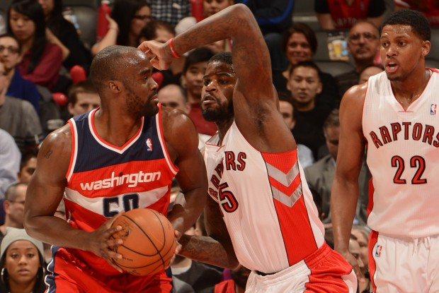 Emeka Okafor recibe la defensa de Amir Johnson./ Getty Images