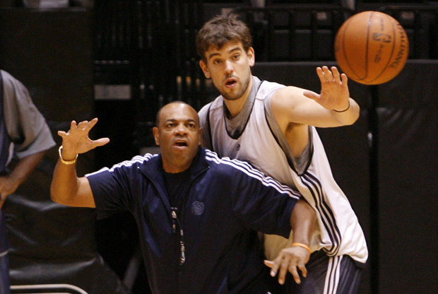Lionel Hollins y Marc Gasol./ Getty Images