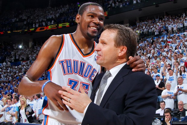 Kevin Durant y Scoot Brooks./ Getty Images