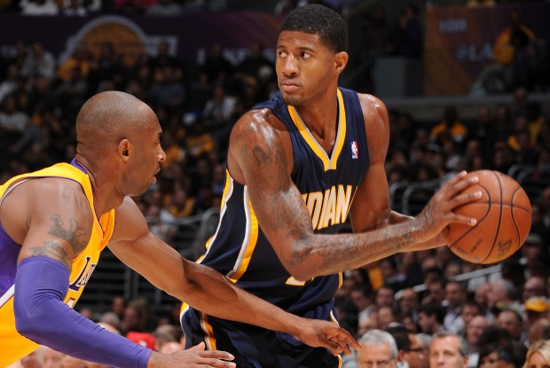 Paul George es defendido por Kobe Bryant./ Getty Images