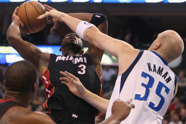 Chris Kaman tapona a Dwyane Wade./ Getty Images
