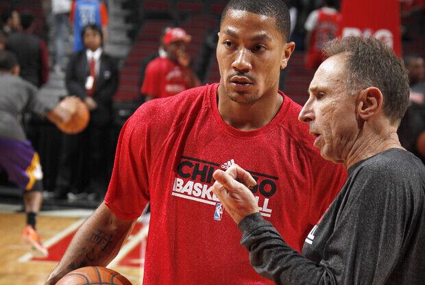 Derrick Rose y el asistente Ron Adams./ Getty Images