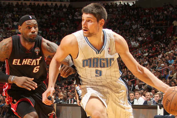 Nikola Vucevic y LeBron James./ Getty Images