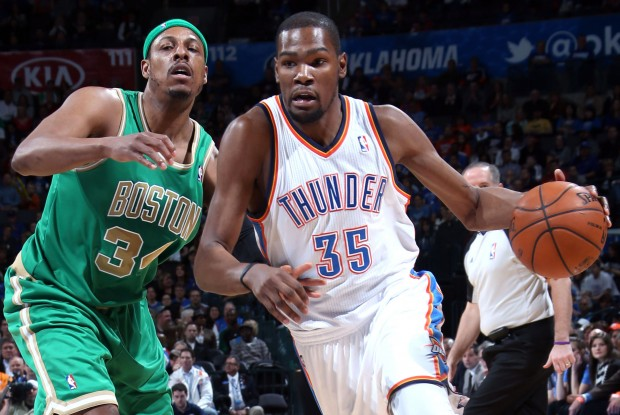 Kevin Durant supera en velocidad a Paul Pierce./ Getty Images
