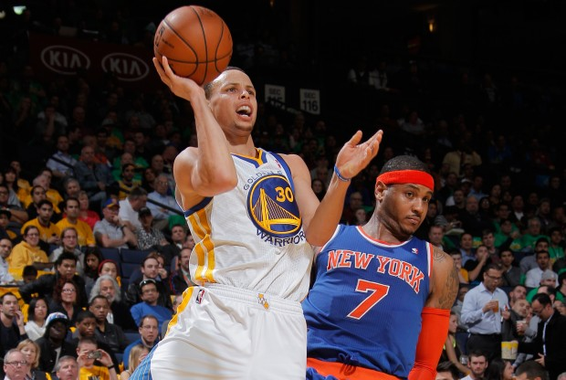 Stephen Curry recibe la falta de Carmelo Anthony./ Getty Images