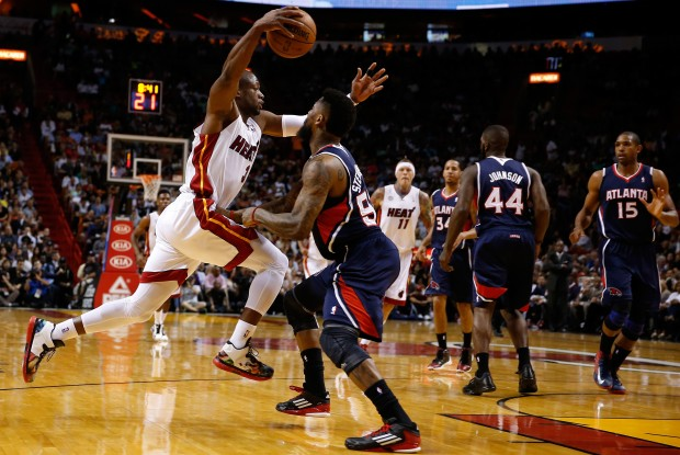 DwyaneWade se libra de la defensa de Atlanta Hawks./ Getty Images