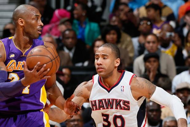 Dahntay Jones defiende a Kobe Bryant./ Getty Images